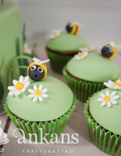 Cupcake med blommor och bi