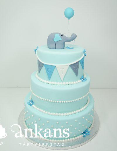 Doptarta-i-tre-vaningar-med-blue-color-med-elefant-pa-toppen