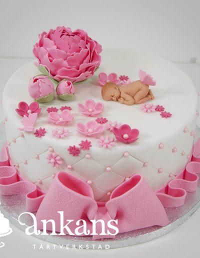 Doptarta-med-rosa-rosett-baby-och-rosa-pioner