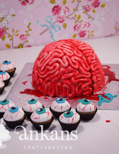 brain-cake-with-eye-cupcakes